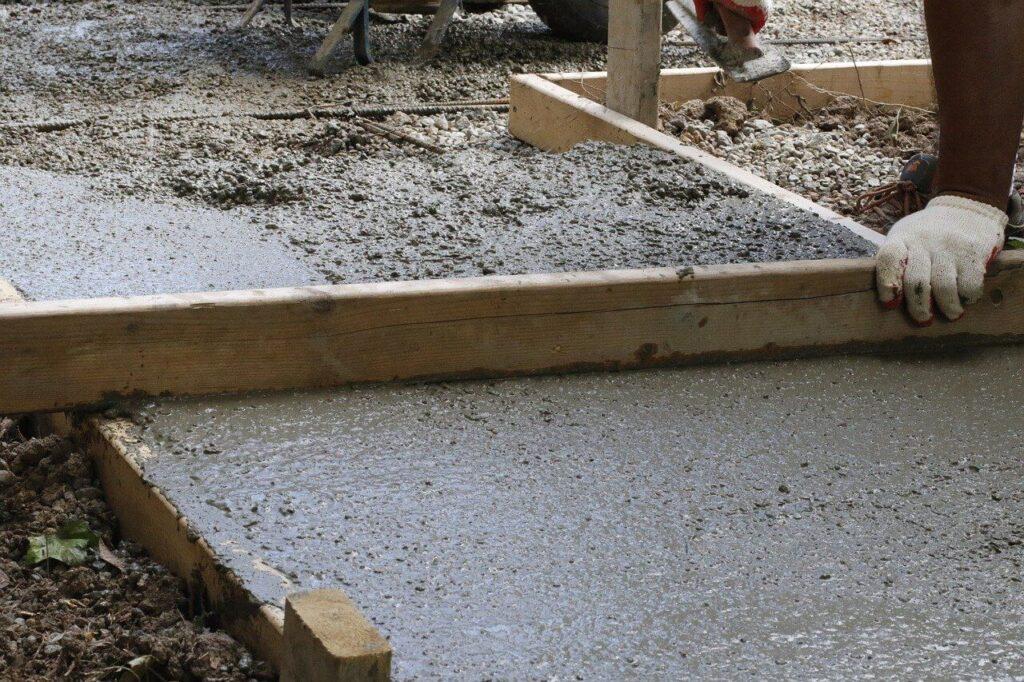 Milyen a földnedves beton? Betonozás zsalu nélkül
